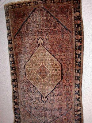 Antique Feraghan 200x130 cm. In my opinion the most interesting rug on this auction. Estimate 40.000 Dkr. Note: 100 Euro are approximately 750 Dkr.