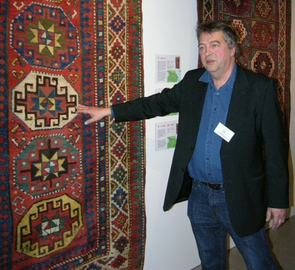 Gunnar Nilsson, AKREP member and exhibitor, took the visitors on a guided tour through the entire exhibition. Here in front of a Kazak rug.