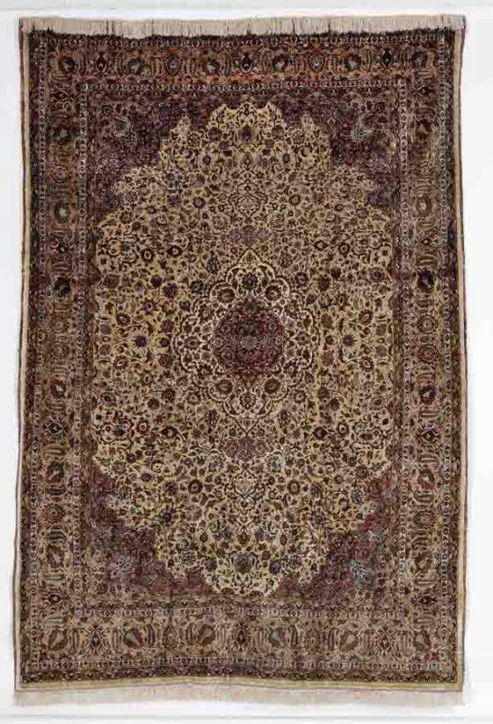 Signed full silk Mashad, Persia. Signed: Shesh Kelani. Second half 20th century. 290 x 196 cm. Est. 4000-5300.- Euro.