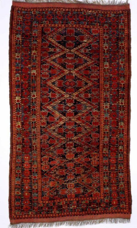An antique Beshir carpet, Turkmenistan. All over pattern of linked stylised design. 19th century. 260 x 147 cm. Estimate 2000 EUR.