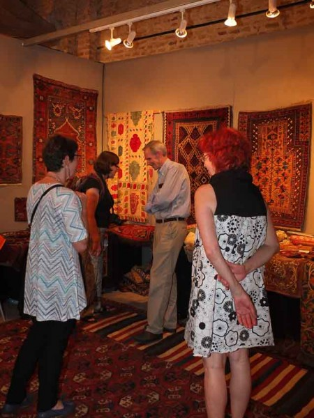 Galerie ArabesQue's stand was very well attended during the visit of the Pre-ICOC travel group