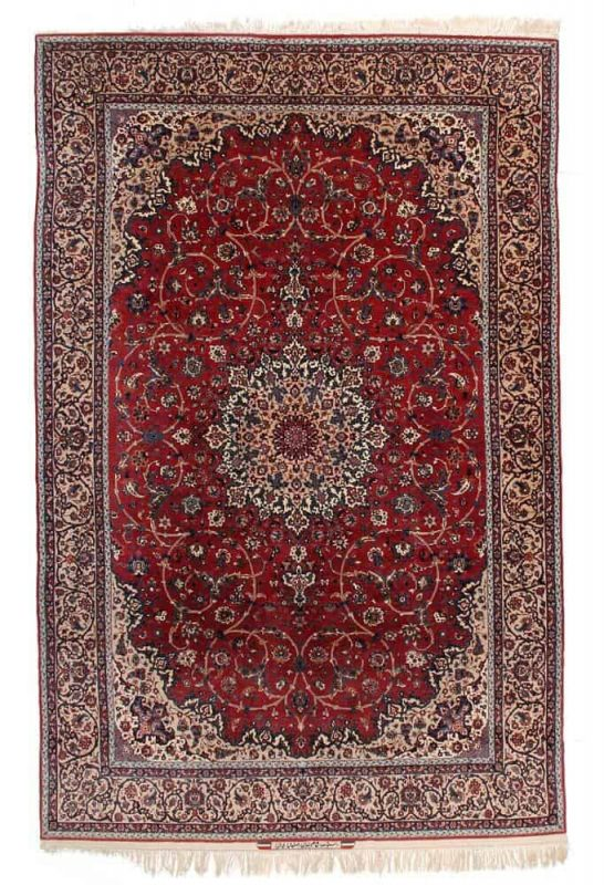 A signed Seirafian Isfahan carpet, Persia. A classical medallion design on a red field. Knotted with kork wool on silk warp. Signed: Iran Isfahan Seirafian. 1-1.1 mio. kn. pr. sqm. 1950-1960. 338 x 218 cm. Est. 8000-11.000.- Euro.